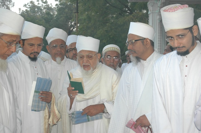 Huzoor-e-aali Saiyedna saheb (tus) doing ibtidaa of rusoomaat-e-ziyaarat by reciting the qur'aani aayaat