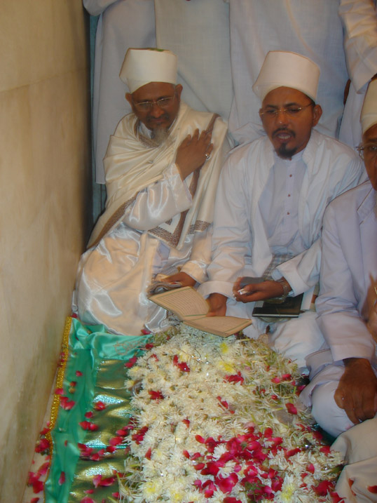 Bayt Khwaani and Ghilaaf poshi at the place of Qabr e Anwar