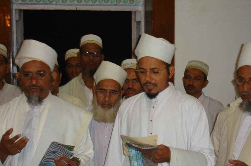 Recitation of Saiyedna Fakhruddin saheb's Arabi Bayt in the Shaan of Muqaddas Maulaa at the Qabr-e-Anwar