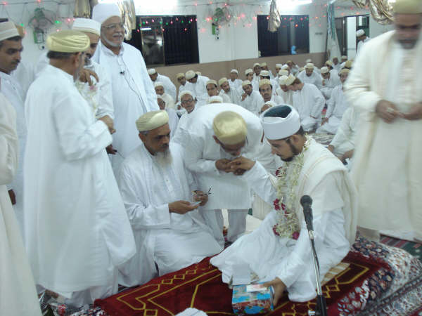 Khuddaam doing istiqbaal of Shahzada Zulqarnain Bhaisaheb at Laylatul Qadr