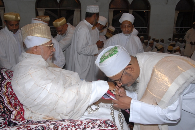 Mazoon ud-Da'wat Saiyedi Haatim Zakiyuddin saheb (dm) taking the sharaf of qadambosi of Saiyedna Saheb (tus)