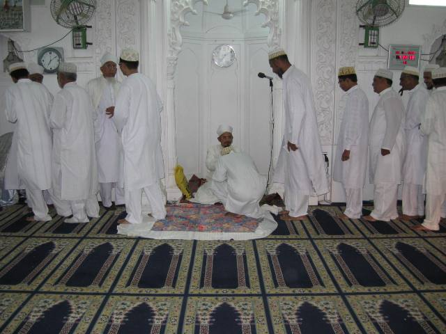 Mumineen taking sharaf of qadamdosi at Taiyebi Masjid